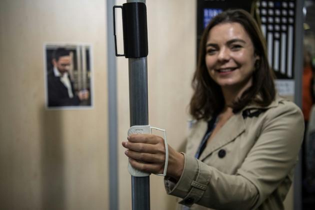 Une des inventions présentées au concours Lépine : une poignée amovible pour les transports en commun, à Paris, le 30 avril 2019 [Christophe ARCHAMBAULT / AFP/Archives]