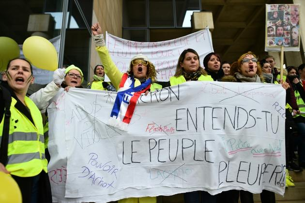 """Gilets jaunes avec la banderole """"Macron, entends-tu le peuple pleurer?"""", au Mans, le 13 janvier 2019 [JEAN-FRANCOIS MONIER              / AFP]"""