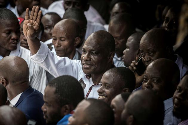 L'opposant congolais Martin Fayulu (c) salue la foule de ses partisans lors d'une manifestation contre les résultats de l'élection présidentielle, le 11 janvier 2019 à Kinshasa, en RDC [John WESSELS / AFP]