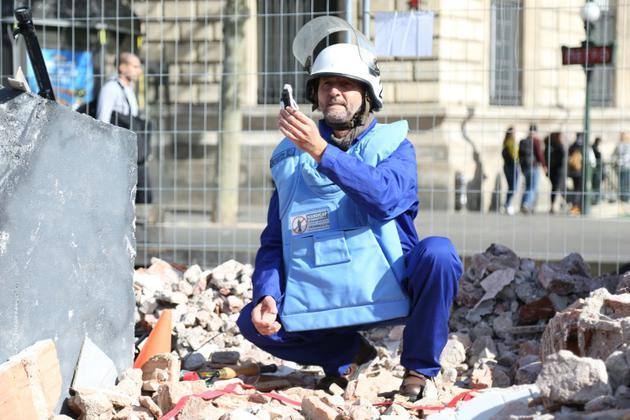 Démonstration de recherche de mine antipersonnel lors de la pyramide de chaussures organisée par Handicap international place de la République à Paris, le 29 septembre 2018 [Zakaria ABDELKAFI / AFP]