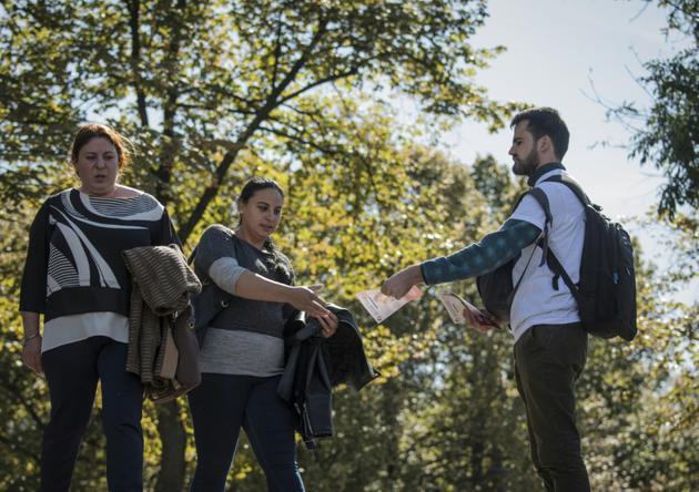 """Un militant distribue des tracts appelant à voter """"oui"""" au référendum sur l'interdiction du mariage gay, le 3 octobre 2018 à Bucarest, en Roumanie [Daniel MIHAILESCU / AFP]"""