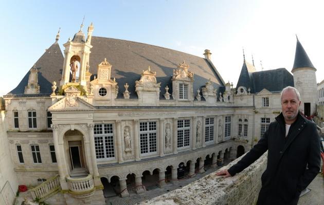 Philippe Villeneuve architecte en chef des Monuments historiques devant l'hôtel de ville restauré de La Rochelle, le 18 novembre 2019 [MEHDI FEDOUACH / AFP]