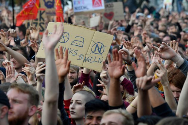 """Des participants au concert """"Nous sommes plus  nombreux"""" contre """"la haine"""" propagée par l'extrême droite, à Chemnitz (Allemagne) le 3 septembre 2018 [John MACDOUGALL / AFP/Archives]"""