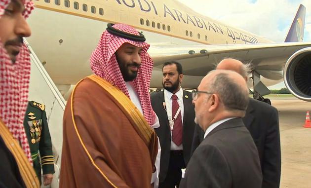 Le prince héritier d'Arabie Saoudite Mohammed ben Salmane est accueilli par le ministre des Affaires Etrangères argentin Jorge Marcela Faurie, à Buenos Aires, le 28 novembre 2018 (capture d'écran d'une vidéo publiée par les autorités saoudiennes) [- / SAUDI BROADCAST AUTHORITY/AFP]