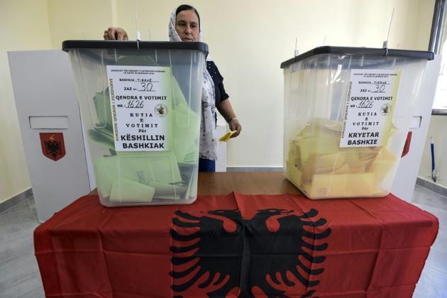 Une femme vote aux élections locales à Kamza en Albanie le 30 juin 2019 [Gent SHKULLAKU / AFP]