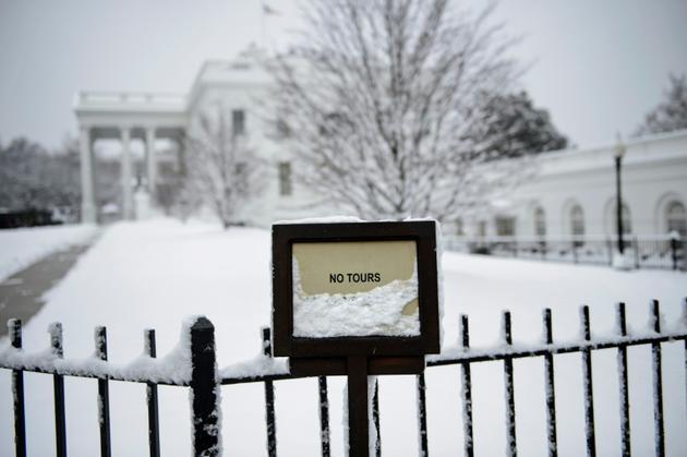 """Devant la Maison Blanche enneigée, à Washington, le dimanche 13 janvier 2019, au 23e jour du """"shutdown"""" [Brendan Smialowski / AFP]"""