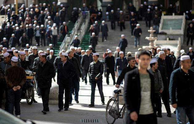 Des Chinois musulmans quittent la mosquée de Laohuasi après la prière du vendredi, le 2 mars 2018 à Linxia, dans le nord-ouest de la Chine [Johannes EISELE / AFP]