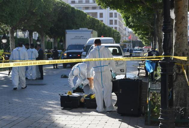 Des enquêteurs inspectent le lieu de l'attaque kamikaze à Tunis, sur l'avenue Bourguiba, qui a fait 20 blessés, le 29 octobre 2018  [FETHI BELAID / AFP]