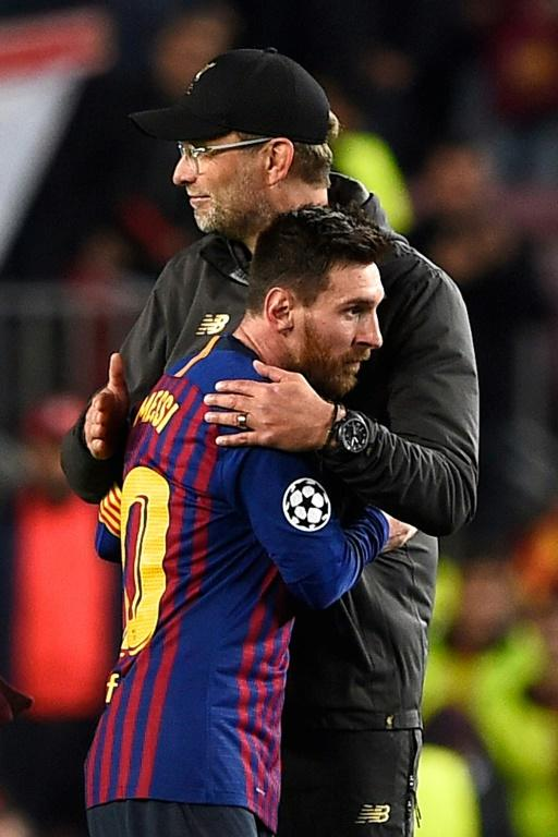 L'entraîneur de Liverpool Jürgen Klopp (d) salue l'attaquant barcelonais Lionel Messi à l'issue de la demi-finale aller de Ligue des champions, le 1er mai 2019 à Barcelone [Josep LAGO / AFP/Archives]