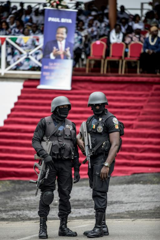 Des policiers camerounais à Buea lors d'un meeting politique du pparti présidentiel le 3 octobre 2018 [MARCO LONGARI / AFP]
