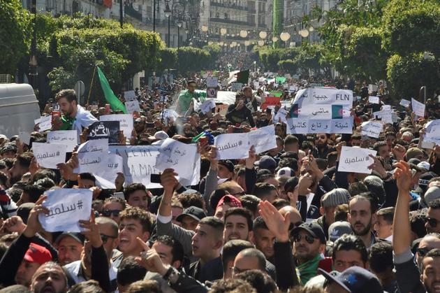 Plusieurs dizaines de milliers d'Algériens défilent dans le centre d'Alger, le 1er mars 2019 [RYAD KRAMDI                         / AFP]