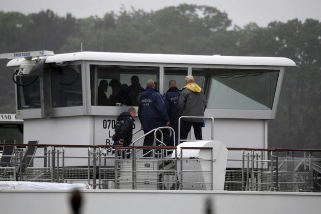Des policiers hongrois à bord du bateau de croisière Sigyn le 30 mai 2019 à Budapest, qui a heurté et fait couler la veille le bateau d'excursion Sirène, faisant au moins sept morts et 21 disparus. [ATTILA KISBENEDEK / AFP]