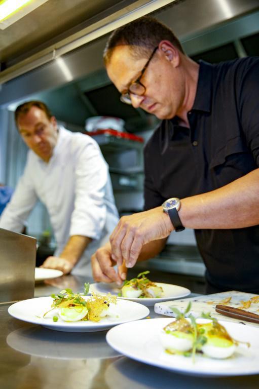 Un candidat prépare des oeufs mayonnaise lors d'un concours à Paris le 11 juin 2018 [GEOFFROY VAN DER HASSELT / AFP]