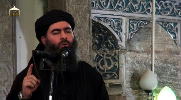 Le chef de l'Etat islamique Abou Bakr al-Baghdadi dans une vidéo du 5 juillet 2014 dans une mosquée à Mossoul dans le nord de l'Irak [- / AL-FURQAN MEDIA/AFP/Archives]