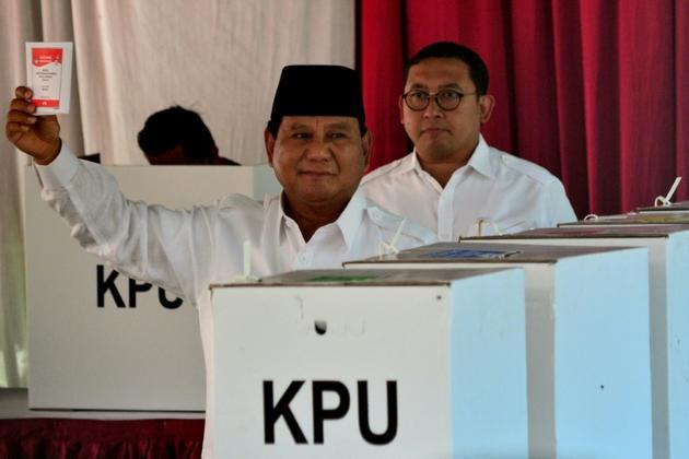 Le général Prabowo Subianto se prépare à déposer son bulletin de vote dans l'urne, à Bogor le 17 avril 2019 [Dwi Susanto / AFP]