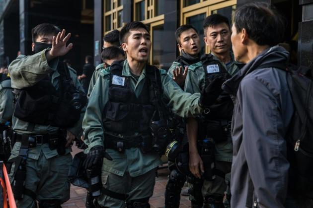 Un manifestant prodémocratie se dispute avec des policiers, le 25 novembre 2019 à Hong Kong [DALE DE LA REY / AFP]