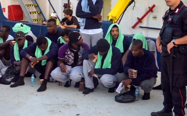 Des migrants débarquent du Sea-Watch 3 dans le port de Lampedusa le 29 juin 2019 [Anaelle LE BOUEDEC / LOCALTEAM/AFP/Archives]
