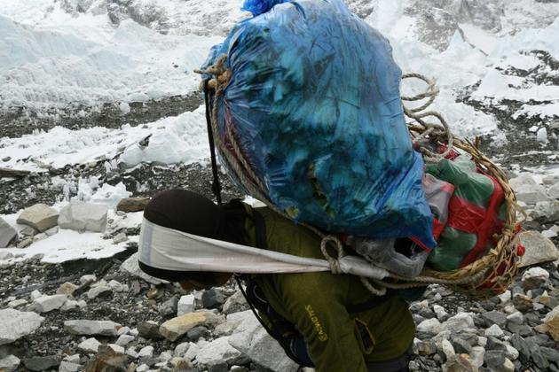 Des porteurs acheminent les vivres au camp de base de l'Everest, le 25 avril 2018 au Népal [PRAKASH MATHEMA / AFP]
