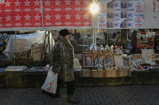 Une femme passe devant des affiches électorales à Chisinau le 13 février 2019 [Daniel MIHAILESCU / AFP/Archives]
