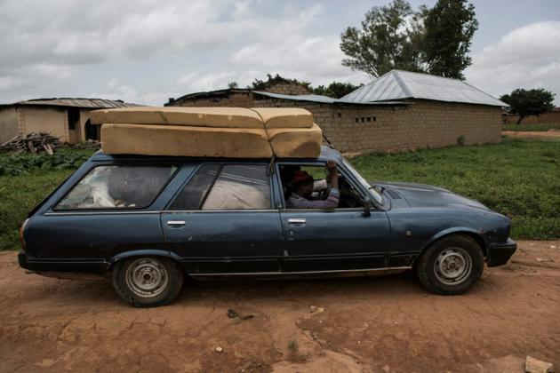 Des habitants fuient le village de Nghar, dans le centre du Nigeria, le 27 juin 2018, après un massacre intercommunautaire.<br />  [STEFAN HEUNIS / AFP]