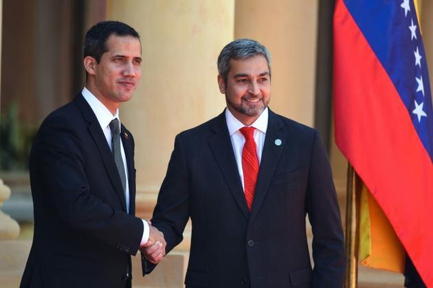 L'opposant vénézuélien Juan Guaido (g) et le président du Paraguay Mario Abdo Benitez, le 1er mars 2019 à Asuncion [NORBERTO DUARTE / AFP]