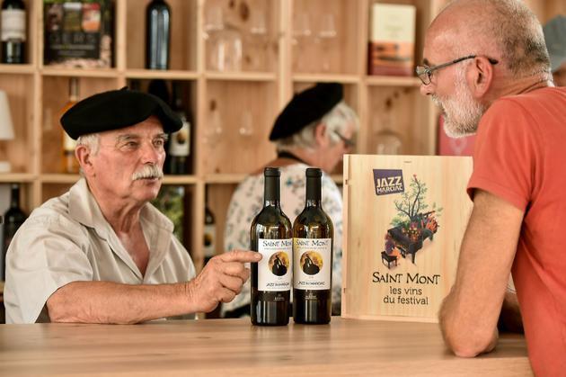 Un vigneron de Saint Mont a créé des bouteilles spécialement pour le festival de Marciac [REMY GABALDA / AFP]