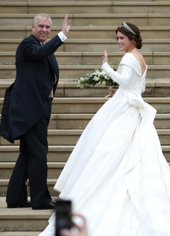 La princesse Eugenie arrive avec son père, le prince Andrew, à la chapelle Saint-George à Windsor pour son mariage avec Jack Brooksbank, le 12 octobre 2018 [Steve Parsons / POOL/AFP]
