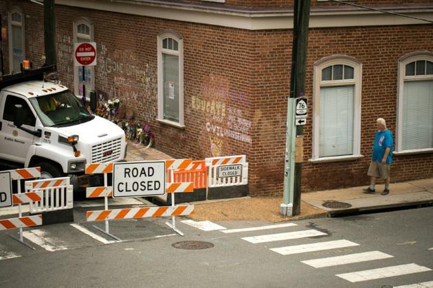 Des fleurs déposées le 11 août 2018 en mémoire de Heather Heyer, manifestante antiraciste, dans une rue de Charlottesville fermée à la circulation, un an après sa mort dans des heurts avec des suprématistes blancs [Logan Cyrus / AFP]