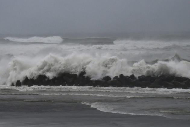 L'océan Pacifique déchaîné à Hamamatsu, au sud-ouest de Tokyo, à l'approche du typhon Hagibis le 12 octobre 2019 [Anne-Christine POUJOULAT / AFP]