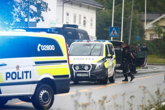 Des véhicules de police à côté du centre islamique Al-Nour de Baerum, le 10 août 2019 [Terje Pedersen / NTB Scanpix/AFP]