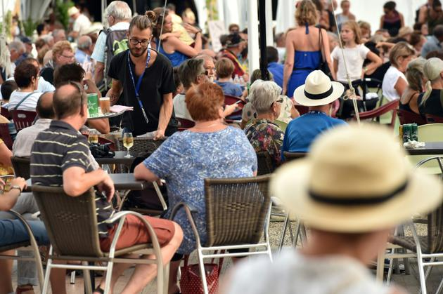 """""""Le festival de jazz, c'est un gros chiffre au niveau de l'année"""", confie à l'AFP Jean-Charles Da Silva - dit """"Charly"""" -, l'un des patrons du Central Sport café, à Marciac, le 31 juillet 2018 [REMY GABALDA / AFP]"""