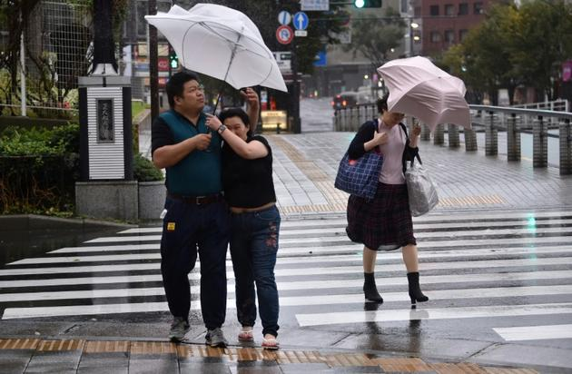 Dans une rue de Tokyo à l'approche du typhon Hagibis, le 12 octobre 2019 [Kazuhiro NOGI / AFP]
