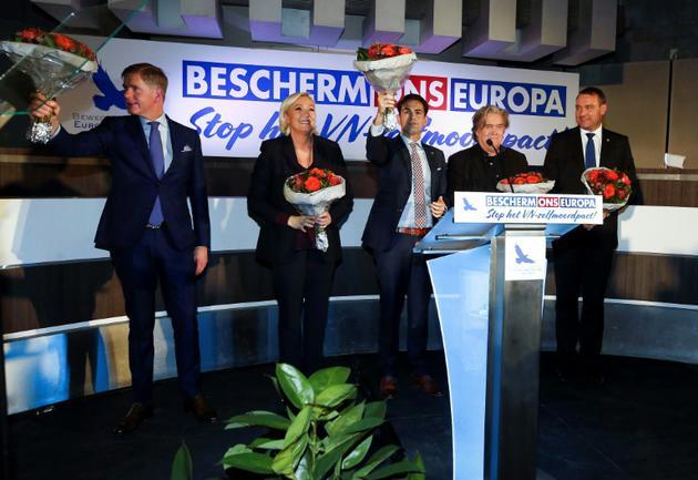 Philip Claeys, du Vlaams Belang, Marine Le Pen, président du Rassemblement national (RN) français, Tom Van Grieken, chef du Vlaams Belang, et Steve Bannon, ancien conseiller de Donald Trump lors d'une réunion publique à Bruxelles le 8 décembre 2018 [NICOLAS MAETERLINCK / BELGA/AFP]