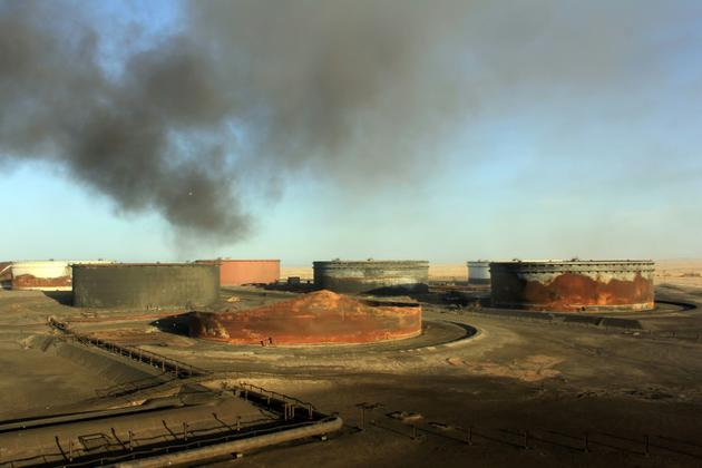 Une photo prise le 8 janvier 2016 montre de la fumée s'échappant du terminal pétrolier Al-Sidra dans l'est de la la Libye, après l'extinction d'un incendie [STRINGER / AFP/Archives]
