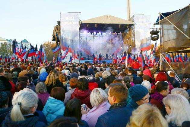 Les gens attendent le début du meeting électoral de Denis Pushilin, chef de la république autoproclamée de Donetsk, à Donetsk le 9 novembre 2018 [ALEKSEY FILIPPOV / AFP/Archives]