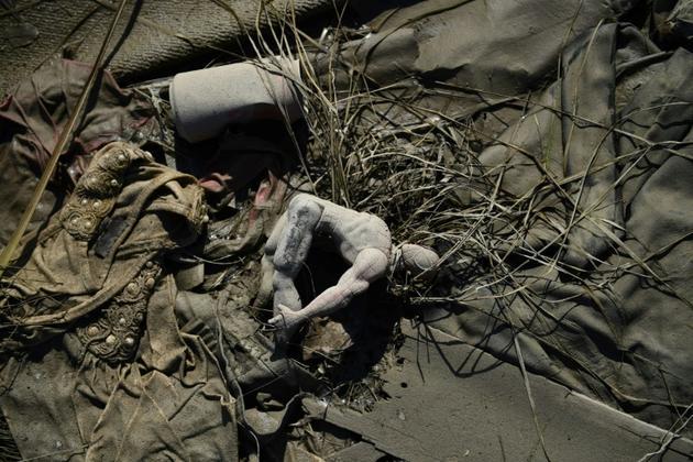 Un jouet abandonné dans la boue à Marsh Harbour, sur l'île bahaméenne d'Abaco, le 7 septembre 2019 [Brendan Smialowski / AFP]