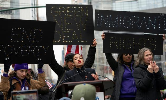 """La démocrate Alexandria Ocasio-Cortez à la """"Marche des femmes"""" de New York, le 19 janvier 2019 [Don EMMERT / AFP]"""