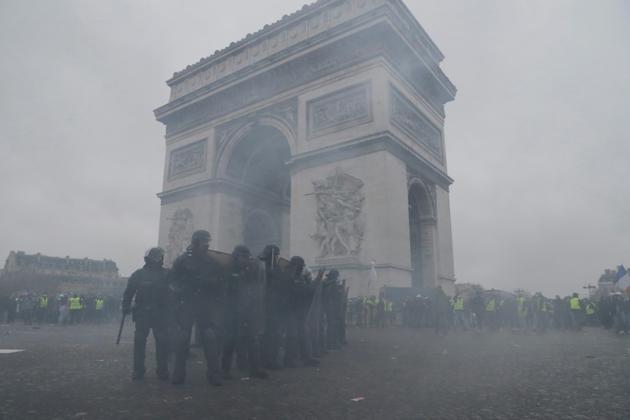 Les forces de l'ordre face aux manifestants  près de l'Arc de Triomphe à Paris, le 12 janvier 2019<br /> [Thomas SAMSON / AFP]