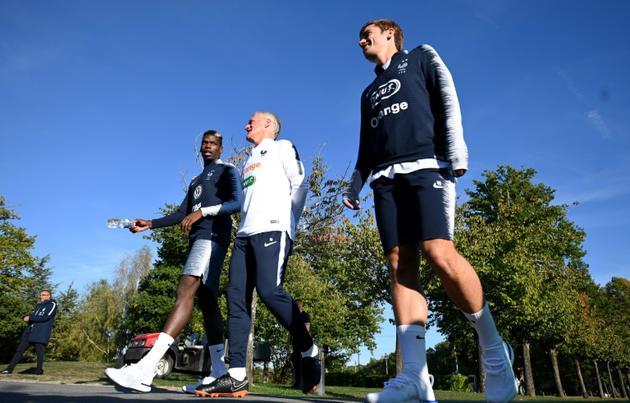 Paul Pogba échange avec le sélectionneur Didier Deschamps lors d'une promenade des Bleus à Clairefontaine, le 8 octobre 2018 [FRANCK FIFE / AFP]