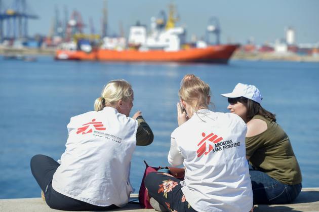 Des membres de Médecins sans Frontières assistent à l'arrivée de l'Aquarius dans le port de Valence en Espagne le 17 juin 2018 [JOSE JORDAN                    / AFP]