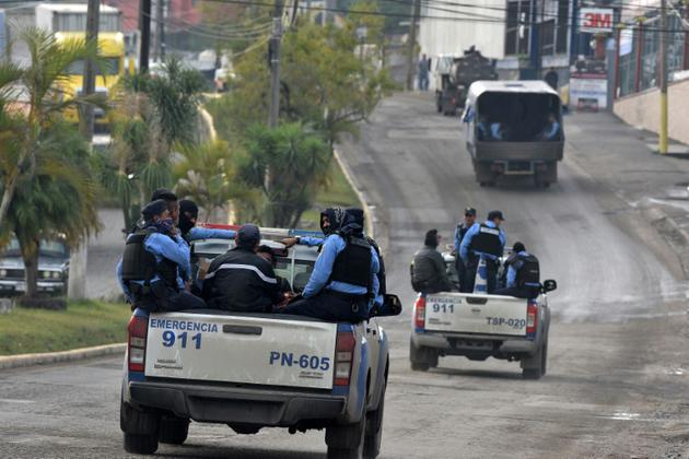 Des forces de police traversent Santa Rosa de Copan en direction de la frontière avec le Salvador, le 15 janvier 2019 au Honduras [Orlando SIERRA / AFP]