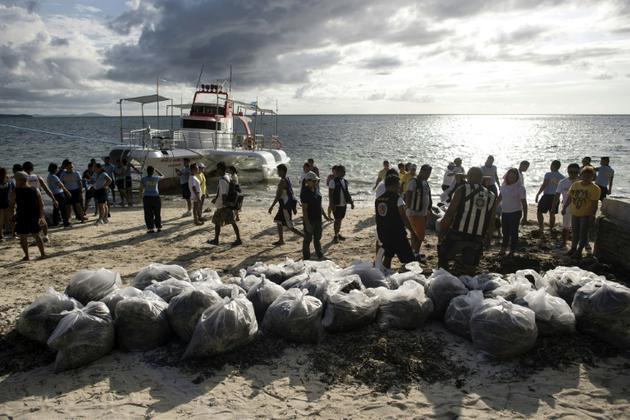 Une opération de nettoyage de la plage de Bulabog sur l'île de Boracay aux Philippines, le 26 avril 2018 [NOEL CELIS / AFP/Archives]