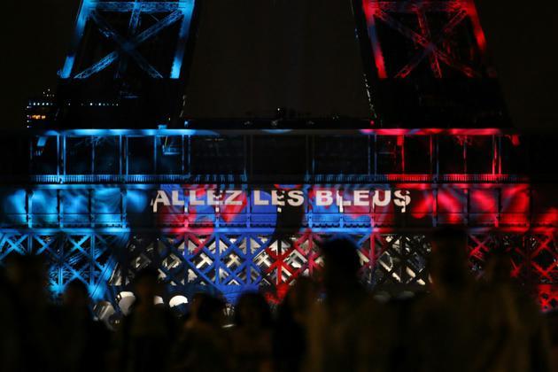 La Tour Eiffel s'est mise au couleur des Bleus le 14 juillet 2018 lors du tradtionnel feu d'artifices [ZAKARIA ABDELKAFI / AFP]