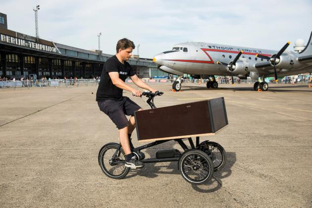 Un cycliste au guidon de son vélo-cargo à Berlin, le 15 avril 2018 [Odd ANDERSEN / AFP/Archives]
