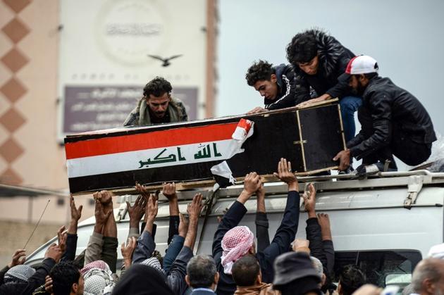 Des manifestants portent le cercueil d'un des leurs, tué durant les rassemblements contre le pouvoir, le 28 novembre 2019 à Najaf, au sud de Bagdad [Haidar HAMDANI / AFP/Archives]