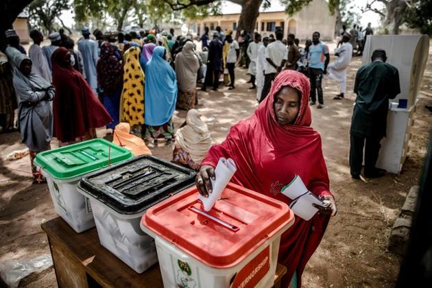 Une femme vote le 23 février 2019 à Jimeta, dans le nord-est du Nigeria, lors des élections présidentielle, législatives et sénatoriales [Luis TATO / AFP]