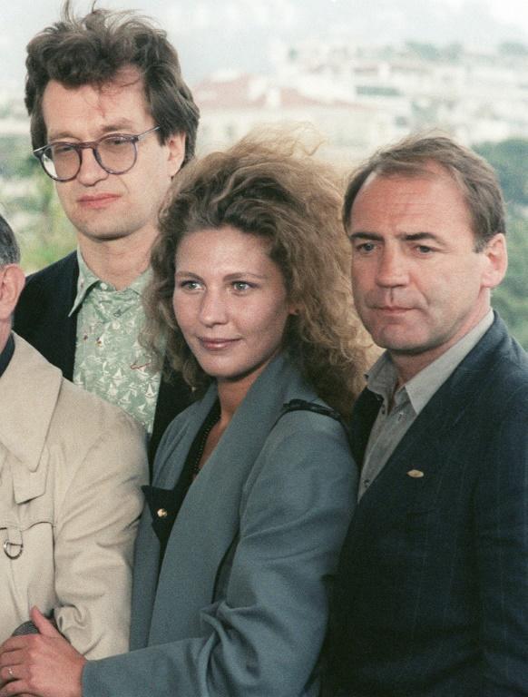 """(g-d) le réalisateur Wim Wenders (g), l'actrice Solveig Dommartin c) et l'acteur Bruno Ganz lors de la présentation du film """"Les Ailes du désir"""", le 17 mai 1987 au Festival de Cannes [ / AFP/Archives]"""