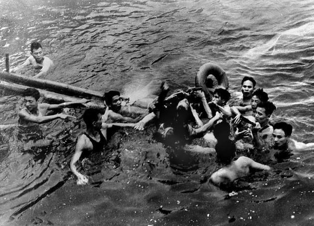 John McCain, dont le chasseur a été abattu au-dessus d'Hanoï, est secouru dans le Lac du Bambou blanc par des Vietnamiens, le 26 octobre 1967 [ / VNA/AFP/Archives]