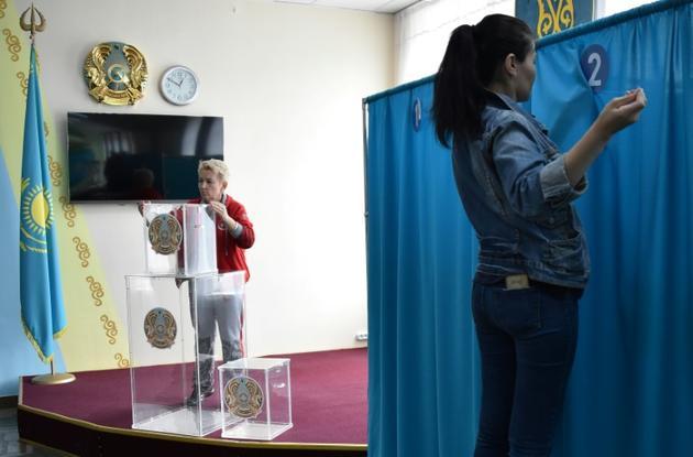 Des membres d'une commission électorale locale préparent un bureau de vote à Nur-Sultan, le 8 juin 2019 [Vyacheslav OSELEDKO / AFP]