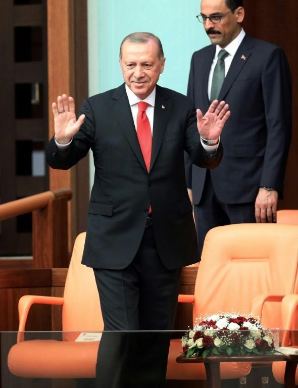 Le président turc Recep Tayyip Erdogan salue les députés, à Ankara le 7 juillet 2018 [ADEM ALTAN / AFP]